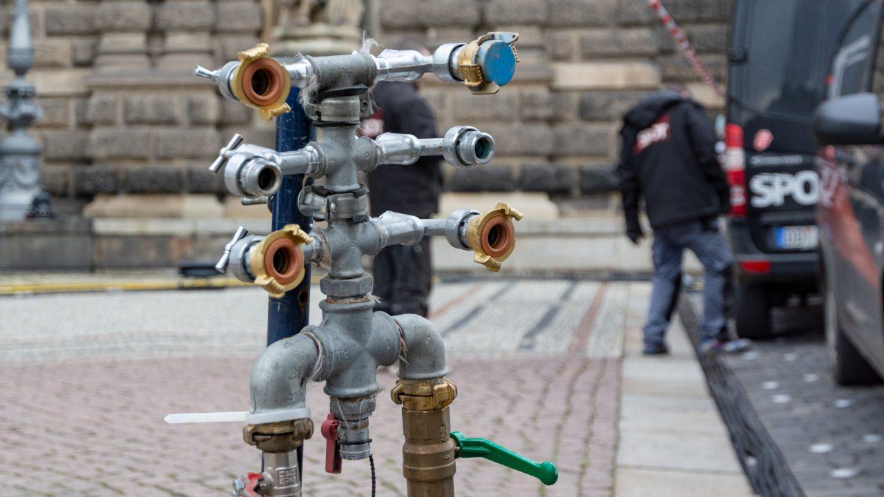 Mobile Wasserversorgung vor der Semperoper